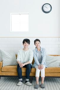 ソファーに座る20代カップルの写真素材 [FYI01436926]