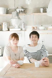 キッチンテーブルにいる夫婦の写真素材 [FYI01436930]
