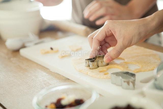 お菓子作りをする手元の写真素材 [FYI01436950]