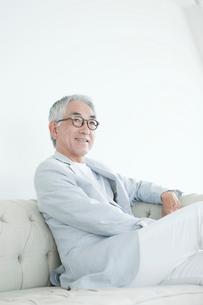 ソファに座る中高年男性の写真素材 [FYI01436954]