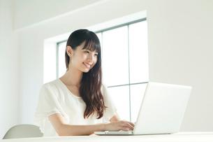 パソコンを使う20代女性の写真素材 [FYI01436968]