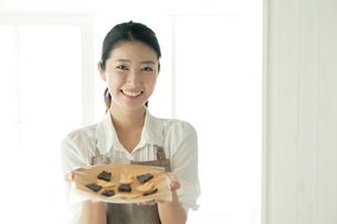 お菓子作りをする20代女性の写真素材 [FYI01436998]