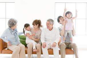 ソファに座る三世代家族の写真素材 [FYI01437044]