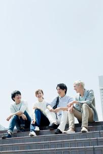 階段で会話する20代男女の写真素材 [FYI01437072]