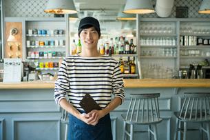 20代男性カフェ店員の写真素材 [FYI01437075]