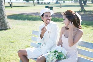 ベンチに座る新郎新婦の写真素材 [FYI01437133]