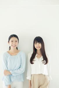 仲良く並んで微笑む20代女性2人の写真素材 [FYI01437135]