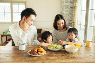 家族4人の食事シーンの写真素材 [FYI01437163]