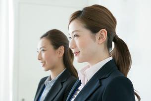 スーツ姿の20代の女性2人の写真素材 [FYI01437219]