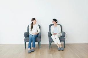 椅子でくつろぐ親子の写真素材 [FYI01437239]