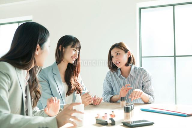 化粧品を試す20代女性3人の写真素材 [FYI01437273]