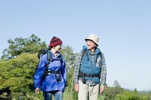 ハイキングを楽しむシニアカップルの写真素材 [FYI01437339]