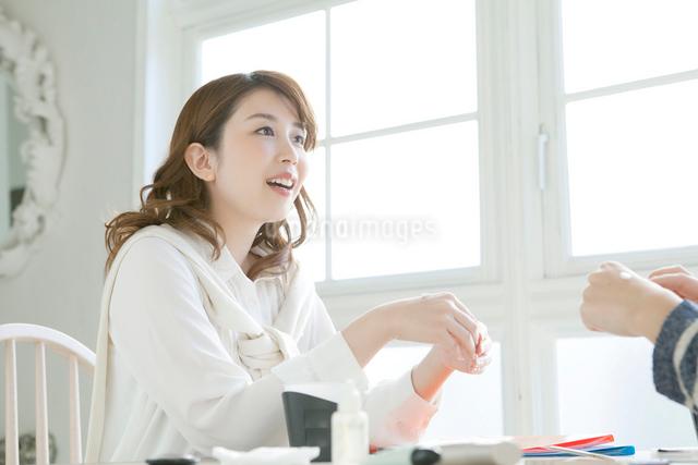 サンプルを試す若い女性の写真素材 [FYI01437368]