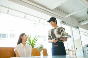 カフェ店員とお客さんの写真素材 [FYI01437422]