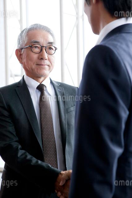 握手をするビジネスマンの写真素材 [FYI01437467]