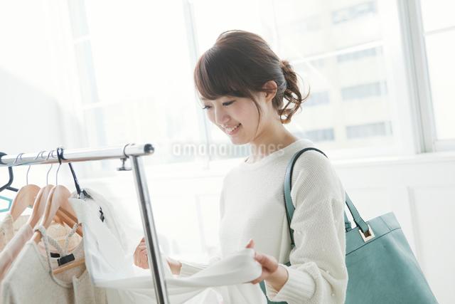 ショッピングをする女子大生の写真素材 [FYI01437472]