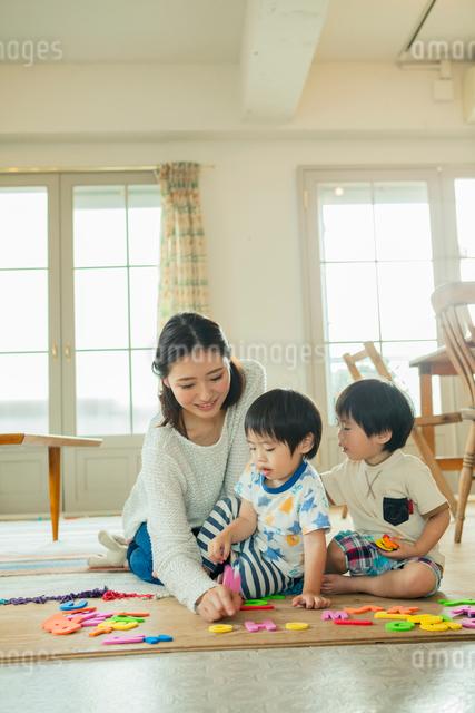 おもちゃで遊ぶ母と子の写真素材 [FYI01437486]