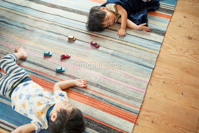 お昼寝をする男の子の写真素材 [FYI01437490]