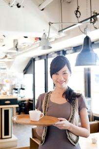 カフェで働く女性の写真素材 [FYI01437508]
