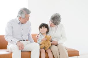 おじいさん,おばあさんと孫娘の写真素材 [FYI01437541]