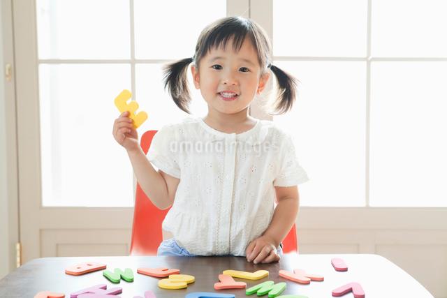 英語の勉強をする可愛い女の子の写真素材 [FYI01437612]