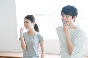 歯磨きする20代カップルの写真素材 [FYI01437624]