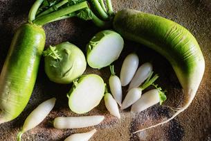 益子焼の大皿と野菜の写真素材 [FYI01437667]