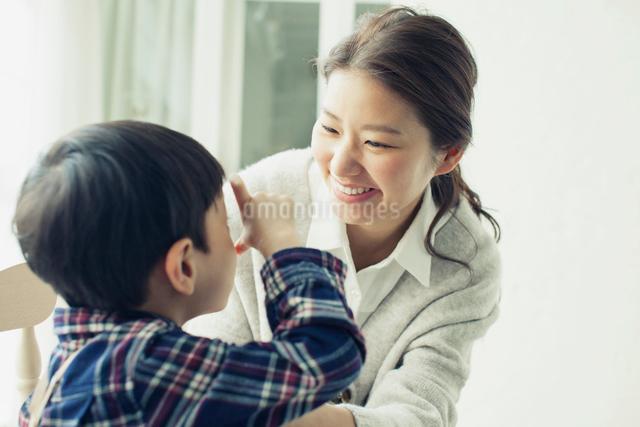 子供と話す笑顔の母親の写真素材 [FYI01437682]