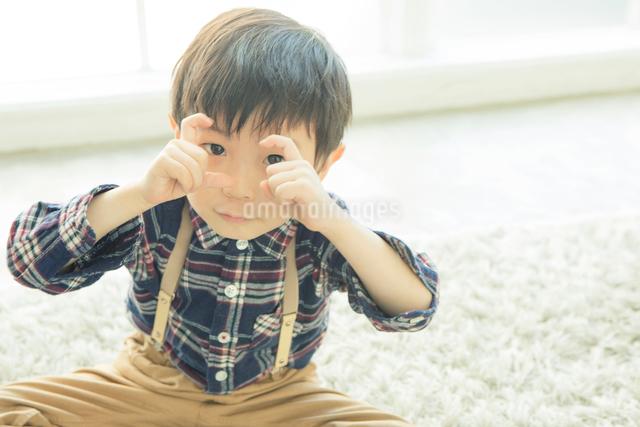 ポーズをする男の子の写真素材 [FYI01437712]