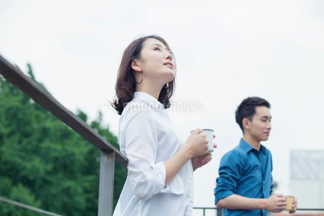 屋外での20代夫婦ライフスタイルの写真素材 [FYI01437755]