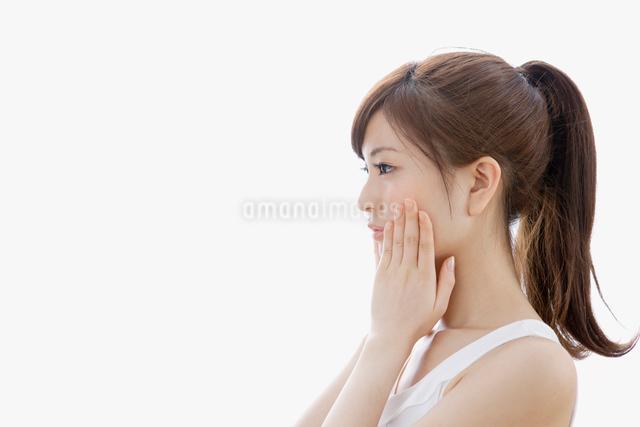 手で両頬を抑える女性の写真素材 [FYI01437770]