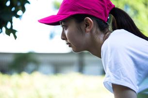 真剣な眼差しのランニングウェアの20代女性の写真素材 [FYI01437803]