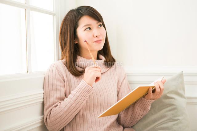 部屋で勉強をする20代女性の写真素材 [FYI01437815]