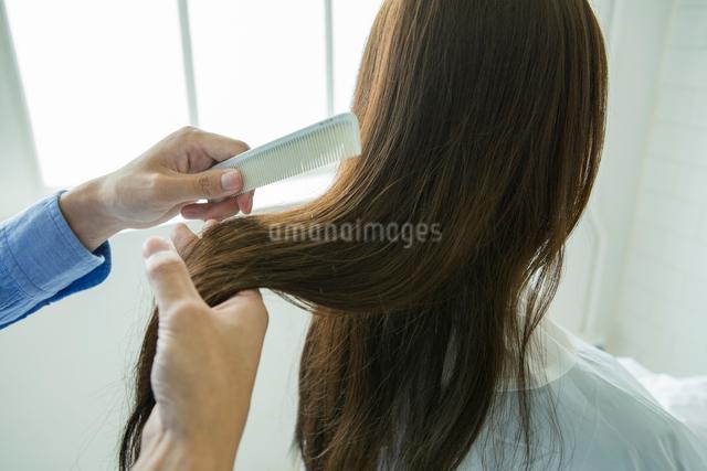 髪をとかすシーンの写真素材 [FYI01437831]