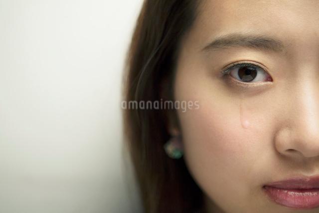 涙を流す20代女性の写真素材 [FYI01437862]