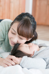 寝ている子供と20代女性の写真素材 [FYI01437896]