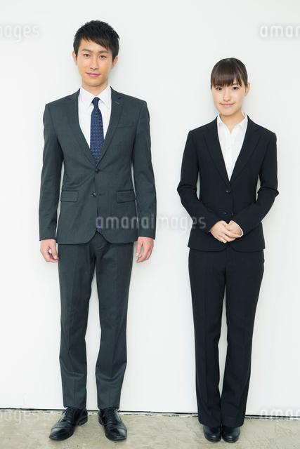 スーツ姿の20代男女の写真素材 [FYI01437932]