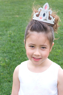 ティアラを付けた5歳の女の子の写真素材 [FYI01437943]