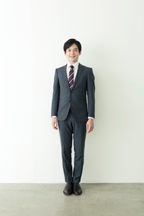 スーツ姿の20代の日本人男性の写真素材 [FYI01437973]