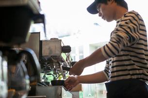 20代男性カフェ店員の写真素材 [FYI01437999]