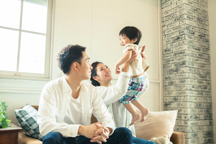 リビングダイニングで過ごす家族の写真素材 [FYI01438033]