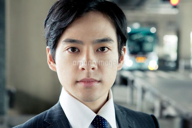 スーツ姿の20代の日本人男性の写真素材 [FYI01438038]