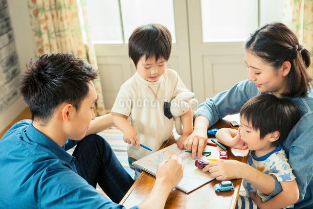 リビングダイニングで過ごす家族の写真素材 [FYI01438177]
