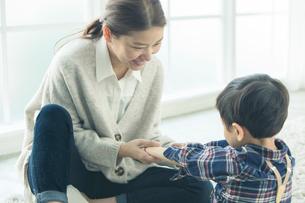 子供と話す笑顔の母親の写真素材 [FYI01438203]