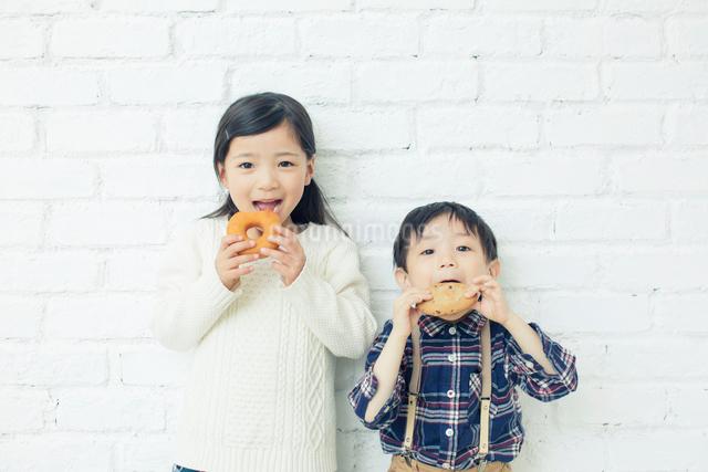 おやつを持つ兄弟の写真素材 [FYI01438219]