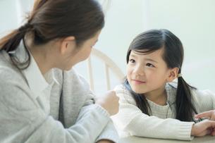 見つめ合う笑顔の親子の写真素材 [FYI01438306]