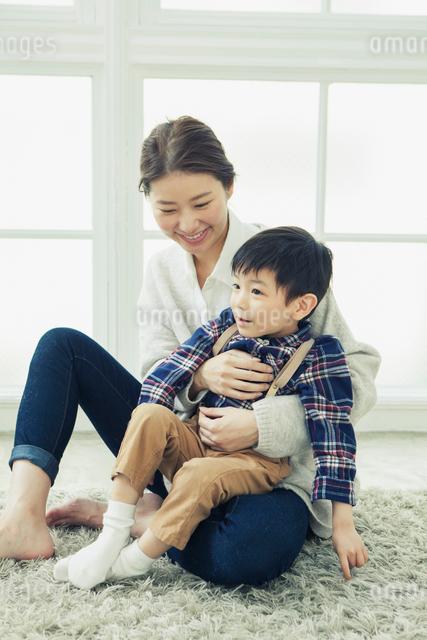 子供を抱きかかえる母親の写真素材 [FYI01438427]