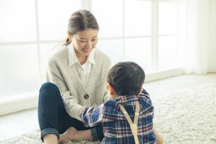 子供と話す笑顔の母親の写真素材 [FYI01438443]