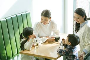 カフェで話す2組の親子の写真素材 [FYI01438447]