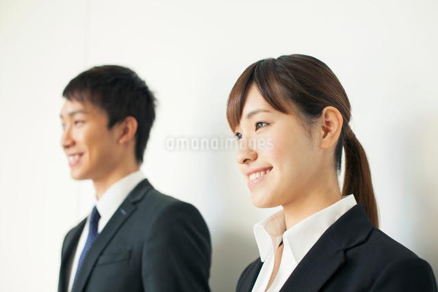 スーツ姿の20代男女の写真素材 [FYI01438448]